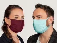 Community-Masken in Weinrot und Pastellblau
